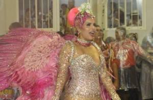 Rainha de bateria da Viradouro, Raissa usa look brilhoso em desfile na Sapucaí