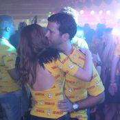 Em clima de romance, Marina Ruy Barbosa dança com o namorado em camarote no Rio