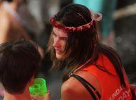 Alessandra Ambrosio deixa camarote em Salvador amparada por amigos