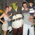 Rodrigo Hilbert e Fernanda Lima levaram os gêmeos, João e Francisco, para assistir ao musical do 'Shrek'