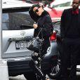 Básico não é um bom sinônimo para Rihanna. Para dar um up no visual, a cantora usou uma leggin com estampas brancas e sandálias de salto. Que tal?