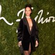 Se não chamar atenção, não é Rihanna! Usando apenas um paletó com um decote generoso, a artista abriu mão de mais peças para compor o look