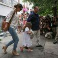 Registro mostra a quantidade de fotógrafos e populares acompanhando a passagem de Suri e Katie Holmes saindo de um restaurante, em julho de 2013