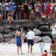 Tom Cruise, Katie Holmes e Suri são flagrados na praia da Urca, no Rio de Janeiro, enquanto são observados por populares, em fevereiro de 2009