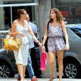 Lilia Cabral passeia com a filha, Giulia, com look despojado