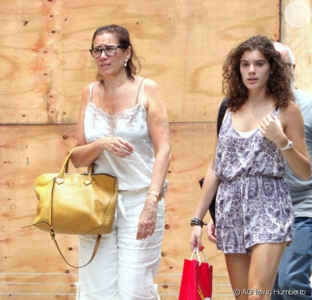 Lilia Cabral passeia com a filha, Giulia, pelas ruas do Leblon, no Rio, em 19 de fevereiro de 2015