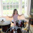 Maysa posou tocando bateria