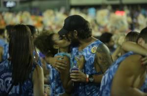 Sheron Menezzes e o noivo, Saulo Bernard, se beijam em camarote na Sapucaí