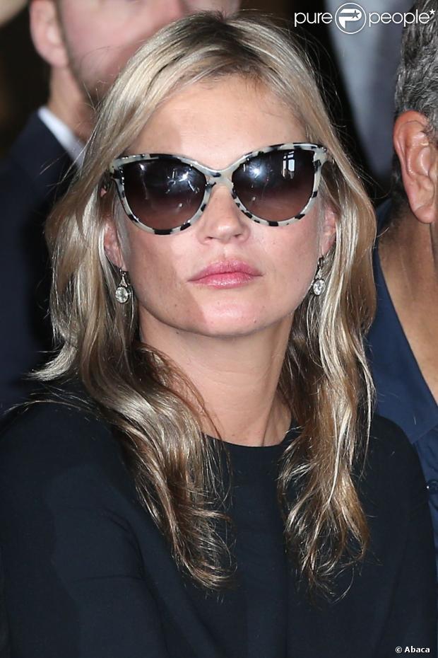 A deslumbrante modelo Kate Moss arrasou com o óculos de onça estampada. Curtiu?