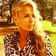 A apresentadora Adriane Galisteu sempre arrasa em seus looks. Na foto ela jogou o cabelo para o lado e vestiu uma camisa de onça na estampa