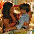Ester (Grazi Massafera) deixa a mansão dos Albuquerque com os filhos e volta para a casa dos pais, em 'Flor do Caribe'