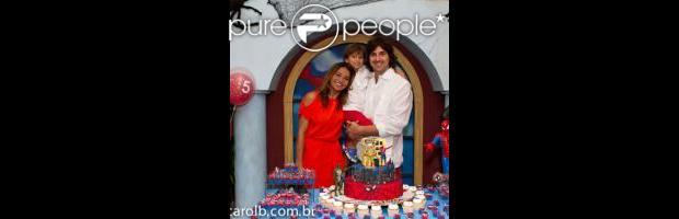 Dira Paes posou com o filho e o marido ao lado do Homem-Aranha, inspiração para a festa