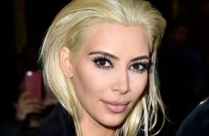Kim Kardashian surpreende ao aparecer loira em desfile de moda em Paris