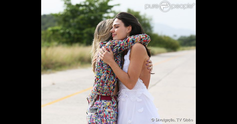 Vitória (Bianca Bin) salva a vida de Sandra (Isis Valverde) após a noiva ser sequestrada e sofrer um acidente de avião