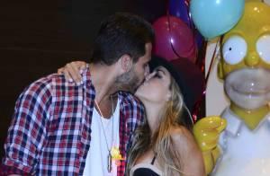 Henri Castelli beija a namorada, Diana Hernandez, em festa de aniversário em SP