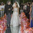 Cristina (Leandra Leal) é levada ao altar pelo pai, José Alfredo (Alexandre Nero), na reta final da novela 'Império'