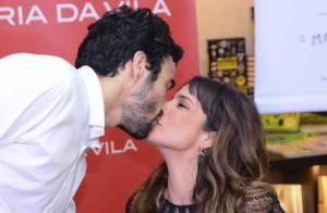 Após rumores de separação, Caio Blat beija Maria Ribeiro em sessão de autógrafos