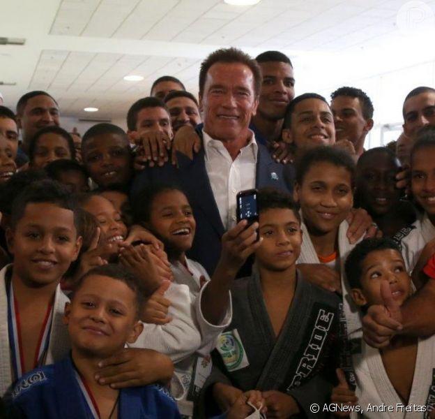 Arnold Schwarzenegger posa com crianças e jovens que participaram do evento Arnold Classic Brasil, no Rio de Janeiro, em 27 de abril de 2013