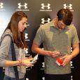 Michael Phelps distribui selfies e autógrafos durante inauguração de loja em SP, nesta quarta-feira, 11 de março de 2015