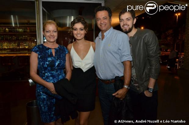 Sophie Charlote comemorou o aniversário ao lado da mãe, Renate, do pai Mario e do irmão Angelo durante a exibição do primeiro capítulo de 'Sangue Bom' com a presença do elenco, em 29 de abril de 2013