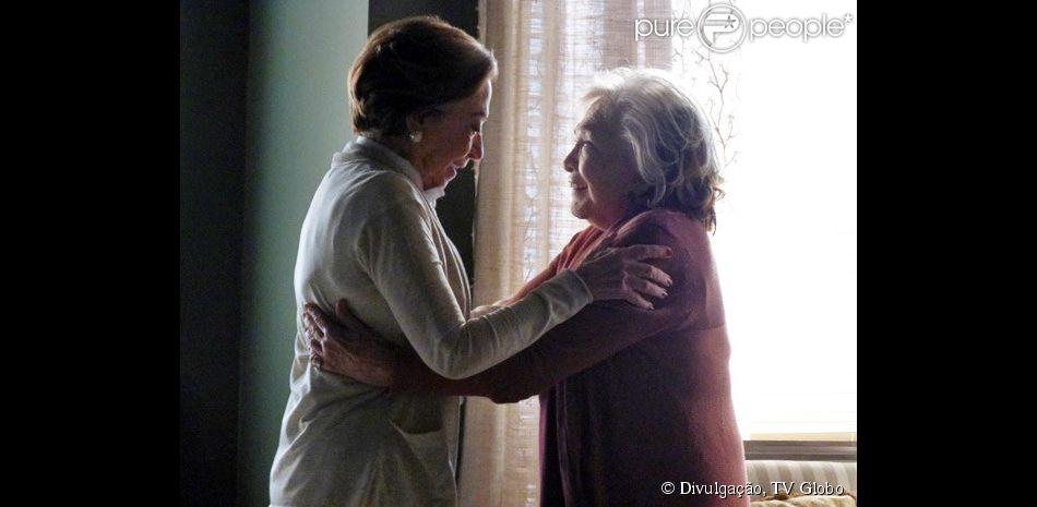 Teresa (Fernanda Montenegro) conta para Estela (Nathalia Timberg) que as duas poderão oficializar sua união legalmente, na novela 'Babilônia', em 18 de março de 2015