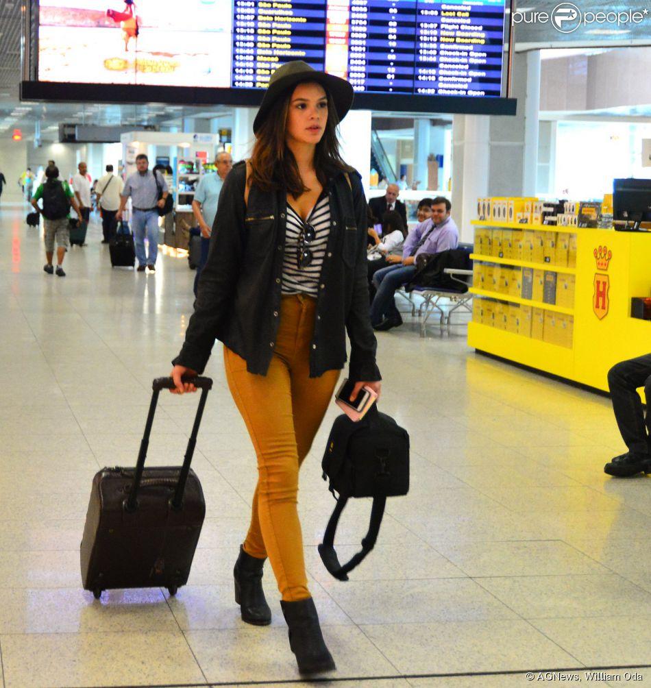 ... estilo com calça justa de cintura alta, botas de cano curto e chapéu