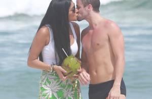 Rafael e Talita, do 'BBB15', trocam beijos em praia do Rio de Janeiro