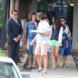 Adriana Esteves e o marido, Vladimir Brichta, curtem tarde de domingo em pizzaria no Rio. Ator comemorou aniversário de 39 anos com a família