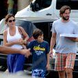 Adriana Esteves, de 'Babilônia', vai à pizzaria com o marido, Vladimir Brichta, e o filho, Vicente, de 8 anos