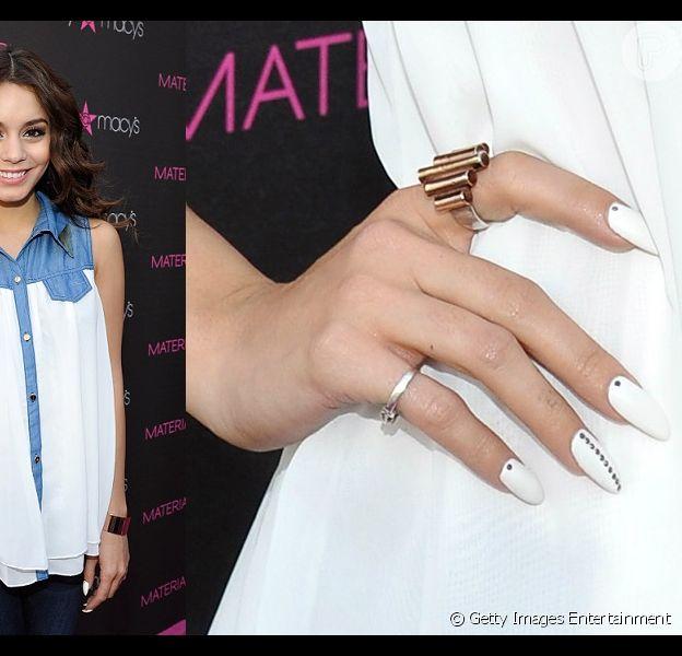 Vanessa Hudgens chamou a atenção de suas fãs quando apareceu com as unhas brancas e com detalhes em strass