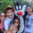 Caio Castro se diverte em parque dos Estados Unidos ao lado dos amigos
