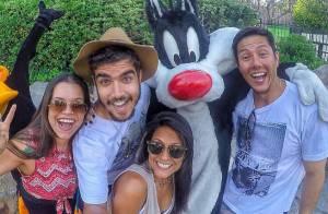 Caio Castro curte parque em viagem com os amigos para os Estados Unidos