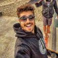 Caio Castro posta foto andando de skate, na Califórnia, nos Estados Unidos