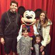 Kaká e Carol Celico estão morando em Orlando, nos Estados Unidos, e aproveitaram para tirar uma foto com a família ao lado do Mickey, na Disney