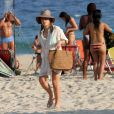 Maitê Proença curtiu a tarde de sol na praia de Ipanema, Zona Sul do Rio de Janeiro