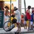 Maitê Proença pega a bicicleta que estava presa ao poste