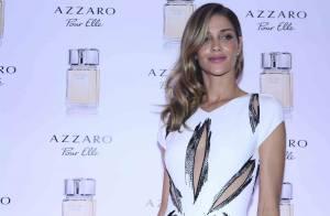 Ana Beatriz Barros usa look com fendas da Azzaro e exibe parte da tatuagem