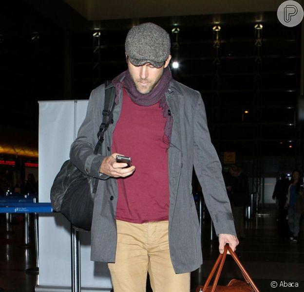 Ryan Reynolds desembarca no aeroporto de Los Angeles, nos Estados Unidos, em 29 de novembro de 2012