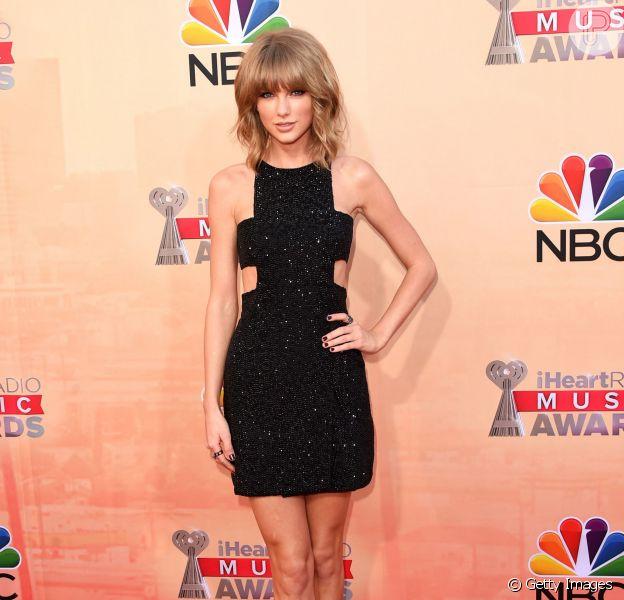 Taylor Swift escolheu um vestido curto Kaufmanfranco para o iHeartRadio Music Awards 2015, que aconteceu neste domingo, 29 de março de 2015