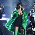 Rihanna chegou de helicóptero na premiação com um vestido justo Adam Selman combinado com casaco de pelos da Versace, botas e óculos verdes
