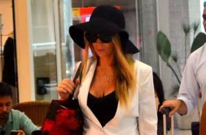 Danielle Winits evita cliques em aeroporto após separação de Amaury Nunes