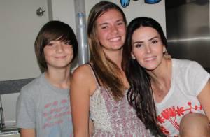 Lisandra Souto e os filhos distribuem ovos de Páscoa para crianças com câncer
