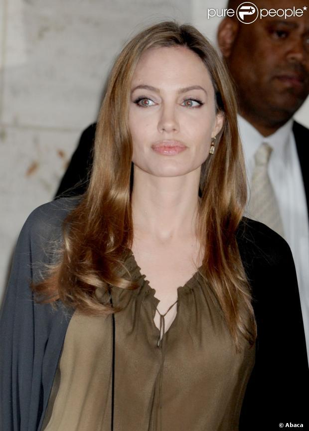 Angelina Jolie faz cirurgia de retirada dos seios para evitar o câncer de mama, em 14 de maio de 2013