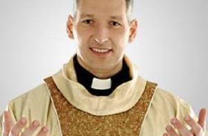 Netinho recebe visita do Padre Marcelo Rossi no hospital: 'Momento lindo de fé'