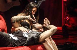 Lucas Lucco dá buquê de flores e deita em colo de fã durante show em São Paulo