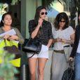 Após o almoço, Bruna Marquezine deixa restaurante na companhia da mãe e das amigas
