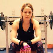 Leandra Leal aparece sem maquiagem e com braços torneados em treino na academia