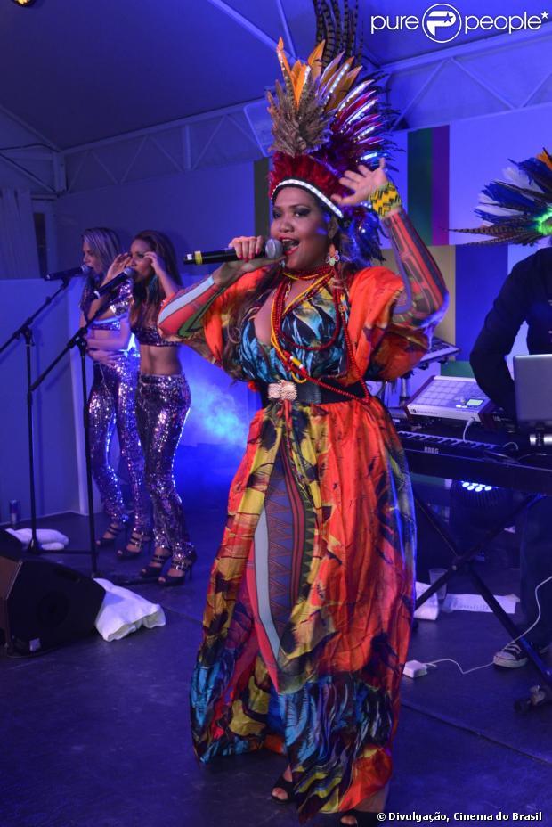 Gaby Amarantos se apresentou no Momento Brasil, em Cannes, na França, em 20 de maio de 2013