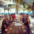 Ela também curte viajar ao lado dos amigos como neste passeio à Ilha de Curaçao, em Portugal