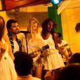 Martha Hunt curtindo um momento descontraído ao lado das amigas em uma apresentação do cantor Juanes